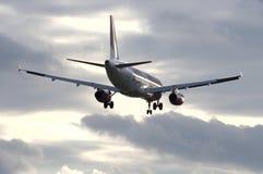 Avion de ligne de Wizzair pendant l'approche Images libres de droits