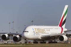 Avion de ligne A6-EEF d'Airbus A380-861 d'émirats sur une piste de roulement se préparant au décollage de l'aéroport internationa Image stock