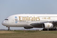 Avion de ligne A6-EEF d'Airbus A380-861 d'émirats sur une piste de roulement se préparant au décollage de l'aéroport internationa Photographie stock