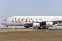Avion de ligne A6-EEF d'Airbus A380-861 d'émirats sur une piste de roulement se préparant au décollage de l'aéroport internationa Photos stock