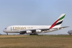 Avion de ligne A6-EEF d'Airbus A380-861 d'émirats sur une piste de roulement se préparant au décollage de l'aéroport internationa Photo libre de droits