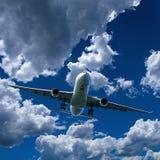 Avion de ligne en vol avec le cumulus en ciel bleu l'australie photos stock