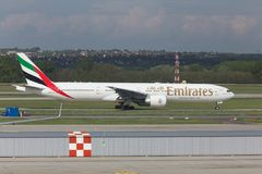 Avion de lignes aériennes d'émirats démarrant à l'aéroport Hongrie de Budapest Images libres de droits