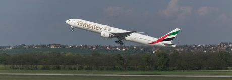 Avion de lignes aériennes d'émirats démarrant à l'aéroport Hongrie de Budapest Photographie stock