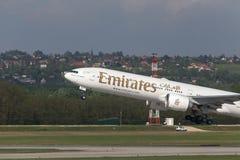 Avion de lignes aériennes d'émirats démarrant à l'aéroport Hongrie de Budapest Photographie stock libre de droits