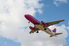 Avion de lignes aériennes de Wizzair Photos libres de droits