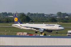 Avion de lignes aériennes de Lufthansa à l'aéroport Hongrie de Budapest Photos stock