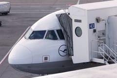 Avion de lignes aériennes de Lufthansa à l'aéroport Hongrie de Budapest Images libres de droits