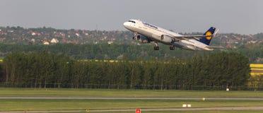 Avion de lignes aériennes de Lufthansa démarrant à l'aéroport Hongrie de Budapest Photo libre de droits