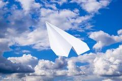 Avion de livre blanc dans un ciel bleu avec des nuages Le symbole de message dans le messager Images libres de droits