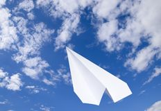 Avion de livre blanc dans un ciel bleu avec des nuages Le symbole de message dans le messager Photographie stock libre de droits