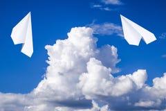Avion de livre blanc dans un ciel bleu avec des nuages Le symbole de message dans le messager Photographie stock