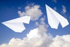 Avion de livre blanc dans un ciel bleu avec des nuages Le symbole de message dans le messager Photo libre de droits