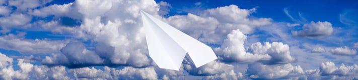 Avion de livre blanc dans un ciel bleu avec des nuages Le symbole de message dans le messager Photo stock