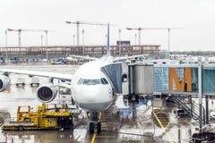 Avion de Lufthansa Airbus garé dessus Photo stock