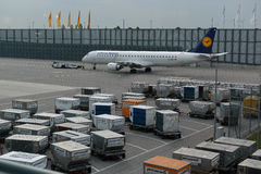 Avion de Lufthansa Airbus stationné sur l'aéroport de Munich Photos stock