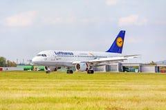Avion de Lufthansa après le débarquement, aéroport Stuttgart, Allemagne Photographie stock libre de droits
