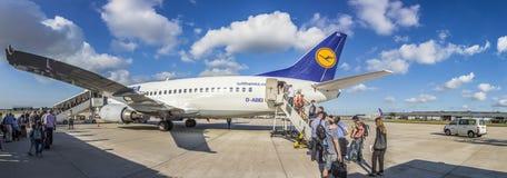 Avion de Lufthansa d'embarquement à l'aéroport de Francfort Photographie stock libre de droits