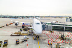 Avion de Lufthansa 747 garé dessus Photo stock
