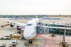 Avion de Lufthansa 747 garé dessus Photographie stock libre de droits