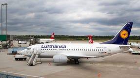 Avion de Lufthansa prêt pour l'embarquement Image stock