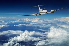 Avion de luxe. Vol de ciel bleu.   Photos libres de droits