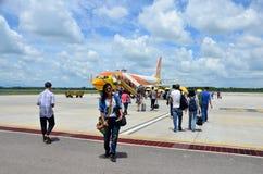 Avion de marche d'entrée de passagère de personnes thaïlandaises à l'aéroport de Trang Image stock