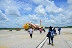 Avion de marche d'entrée de passagère de personnes thaïlandaises à l'aéroport de Trang Photographie stock
