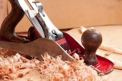 Avion de menuiserie et copeaux en bois Photographie stock