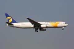 Avion de MIAT Mongolian Airlines Boeing 767-300 Images stock
