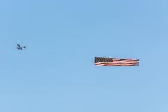 Avion de moteur avec le remorquage de bannière Images libres de droits