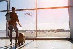 Avion de observation de jeune homme serein avant le départ Photo libre de droits