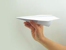 Avion de papier chez la main de la femme Photographie stock