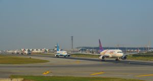 Avion de passager à l'aéroport images libres de droits