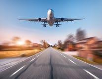 Avion de passager avec l'effet de tache floue de mouvement Photographie stock