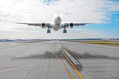 Avion de passager avec une ombre de fonte sur l'atterrissage d'asphalte sur un aéroport de piste Photographie stock libre de droits