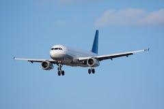 Avion de passager entrant pour un atterrissage Photographie stock libre de droits
