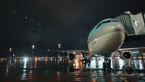Avion de passager de Korean Air avec le pont d'embarquement, vue de nuit banque de vidéos