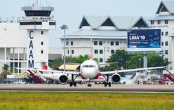 Avion de passager roulant au sol sur la piste de l'aéroport image libre de droits
