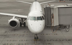 Avion de passager s'accouplant au terminal de porte Photos libres de droits
