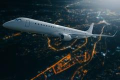Avion de passager volant au-dessus de la ville la nuit lune Photographie stock