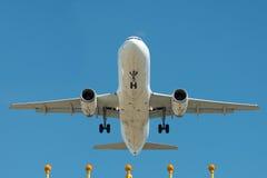 Avion de passagers à l'approche finale Image stock