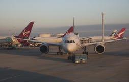 Avion de passagers étant aéroport remorqué R-U de Londres Image stock