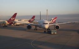 Avion de passagers étant aéroport remorqué R-U de Londres Image libre de droits