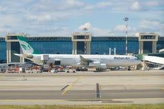 Avion de passagers Airbus A340-300 EP-MMB des lignes aériennes de Mahan sur l'aéroport de Malpensa Image libre de droits