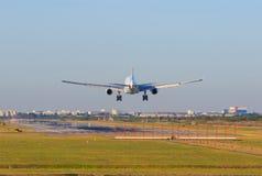 Avion de passagers appoaching au débarquement sur des pistes d'aéroport Image libre de droits