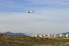 Avion de passagers au-dessus d'une ville Photo libre de droits
