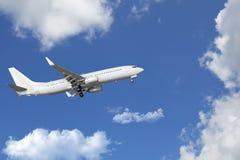 Avion de passagers, avion voyageant par des nuages Image stock