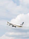 Avion de passagers blanc Boeing 777-312ER, ligne aérienne de Singapour Photographie stock libre de droits