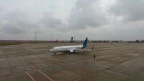 Avion de passagers Boeing sur la piste à l'aéroport clips vidéos